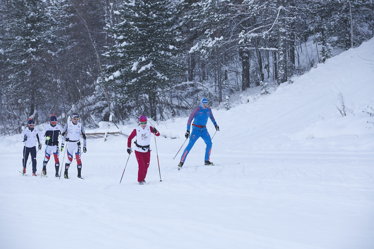 Спортсмены из сборной Кореи пытаются спрятаться от снега за мощным торсом Глеба Ретивых. Но это не на долго...