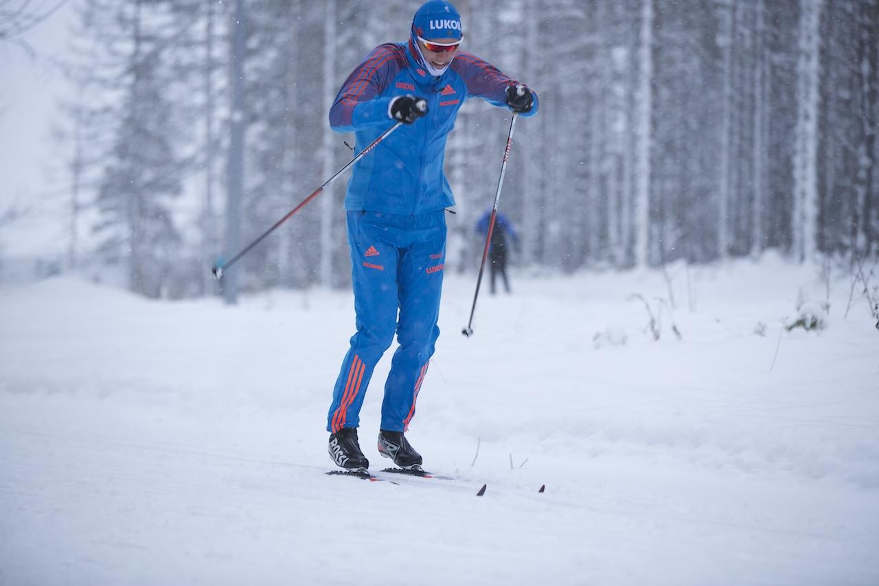 Никита Крюков оттачивает мастерство своего, ставшего уже фирменным, одновременного хода. Кажется ни одна снежинка не успела облепить его тренировочный костюм. Все движения, как и всегда, по-спринтерски быстры и, даже, встречный ветер становится попутным!!!